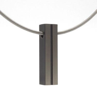 strakke zwarte hanger aan collier