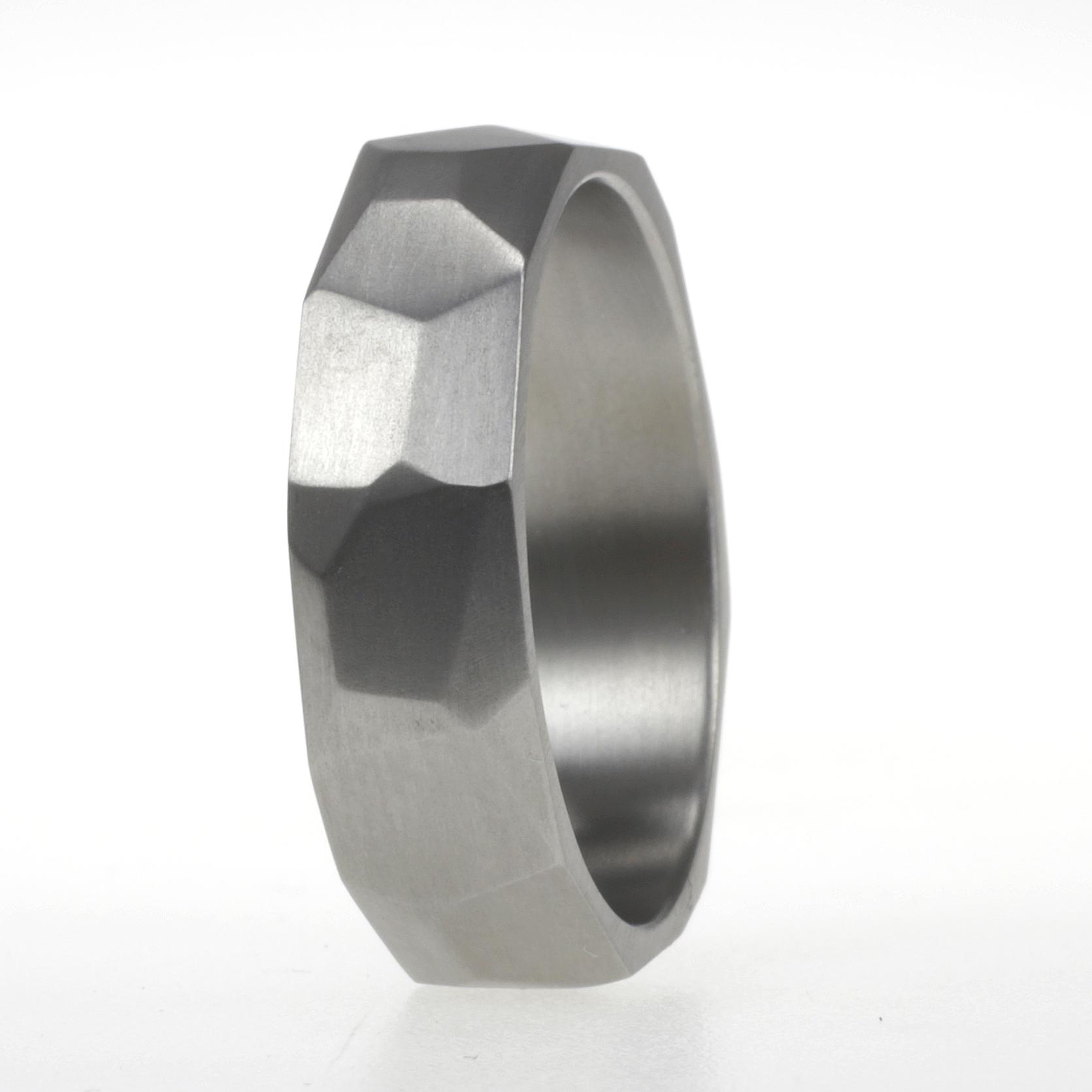 titanium ring met facetten
