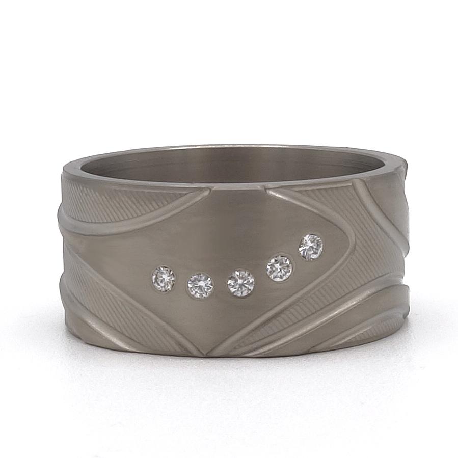 ring met bijzonder patroon titanium en diamant