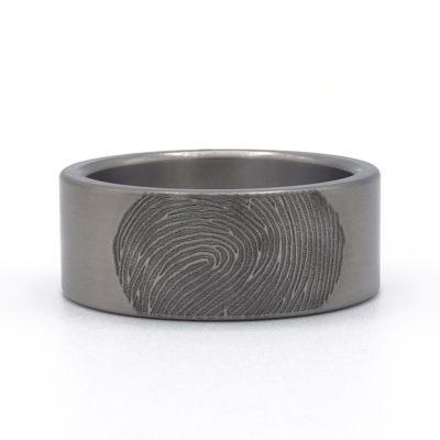 moderne titanium ring met vingerafdruk