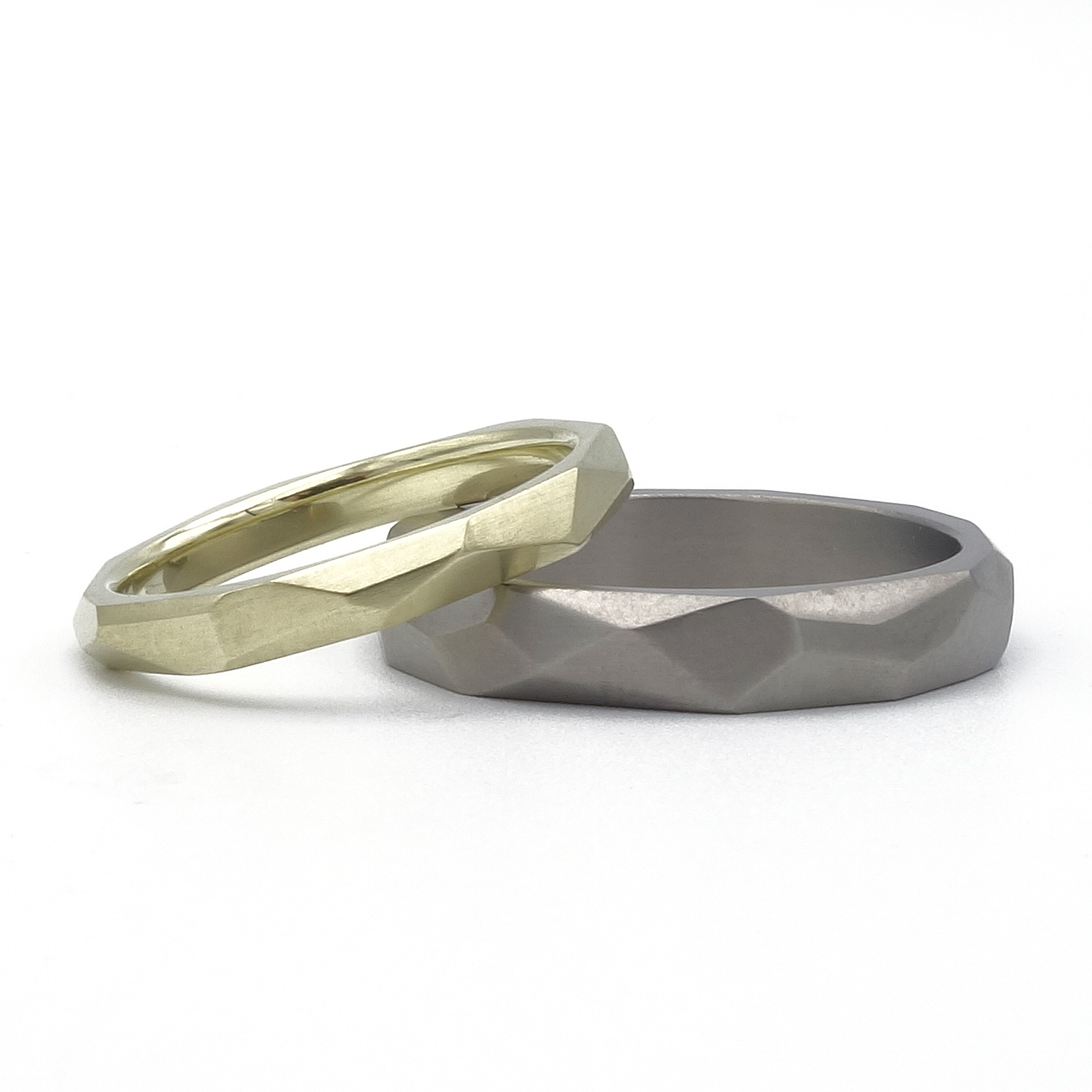 set van gouden en titanium trouwring met vlakken